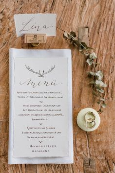 #menükarte #menu #calligraphy Kalligrafie Hochzeit Rustic Chic: Forsthausliebe für eine romantische Herbsthochzeit von Nina Su Photography | Hochzeitsblog - The Little Wedding Corner
