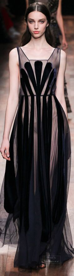 Valentino - Spring 2015 Ready-to-Wear - Fashion - Mode - Moda - мода - Muoti - موضة - אופנה - 时尚 Fashion Week, Look Fashion, High Fashion, Fashion Show, Fashion Design, Vogue Fashion, Fashion Spring, Fashion Beauty, Style Haute Couture