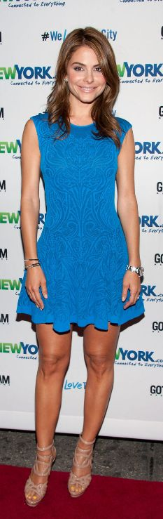 Maria Menounos blue print dress and nude sandals. I love the sandals!