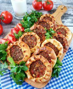 Baked Mouth Open Recipe - Cahide Sultan بِسْمِ اللهِ الر Ù . Meat Recipes, Appetizer Recipes, Cooking Recipes, Appetizers, Juice Recipes, Pizza Recipes, Turkish Recipes, Ethnic Recipes, Open Recipe