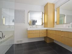 DP_Roger-Zierman-white-contemporary-bathroom_s4x3