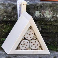 Nistkasten Dreieck für Wildbienen mit Bio Lasur in weiss.