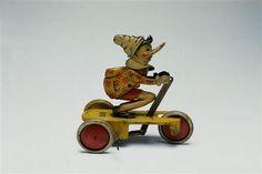 Pinocchio sur un tricycle