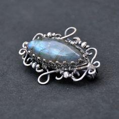 Old love: Melian - brož Ag 925/1000 Tento šperk patří do kolekce Old love, kolekce fantasy a vintage šperků vyrobených technikou wire-wrapping... Filigránová brož vyrobená technikou wire-wrapping v kombinaci se šperkařskými technikami ze stříbra 925/1000. Základ tvoří krásný kabošonlabradoritu(má krásné modré odlesky, na fotkách to tolik nevynikne), zasazený do ...