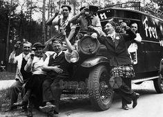 Ausfluege und Ausflugslokale. ullstein bild - Herbert Hoffmann/Timeline Images #Vatertag #Männerausflug #Himmelfahrt #Prost #Bier #Spaß #Oldtimer Hoffmann, Antique Cars, Monster Trucks, Antiques, Vehicles, Posh Cars, Father's Day, Vintage Cars, Antiquities
