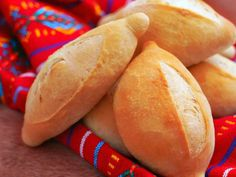 Sorprende a tus seres queridos con esta rica, fácil y efectiva receta de pan bolillo casero. Quedan suaves con un delicioso migajón., lo que necesitarás 1 cucharadita de azúcar, 7 gramos de levadura seca, 1 taza de agua tibia, 2 ½ tazas de harina, 1 cucharadita de sal   Craftlog Mexican Sweet Breads, Mexican Bread, Mexican Food Recipes, Mexican Pastries, Pan Bread, Bread Baking, Bolillos Bread, Bolivian Food, Salvadorian Food