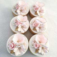 "Gefällt 226 Mal, 6 Kommentare - F A R I N E (@karine_jingozian) auf Instagram: ""Cupcakes for @mirrormirrordesigns #cupcakes #special #custom #order #flowers #gold #girly #dainty…"""