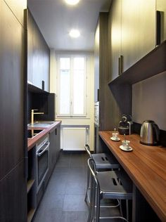 Kitchen inspiration for narrow spaces on domozoom.com | idée de cuisines pour un…