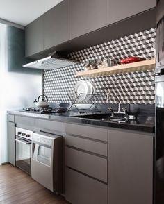 Cozinha moderna! ✨ #boanoite #inspiração #pinterest #cozinha #cozinhas #cozinhapequena #cozinhadecorada #cozinhaplanejada #cozinhamoderna #kitchen #kitchendecor #kitchendesign #arquiteturadeinteriores #designdeinteriores #projetodeinteriores #decoração #decoration #design #moveisplanejados #marcenaria #ladrilhohidraulico #adesivodeparede #granito #saogabriel #apartamento #apartamentopequeno