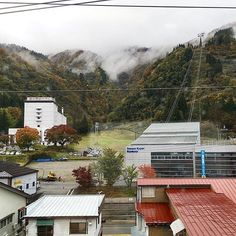 2016/11/02 08:23:27 belle_salon1 今日は新潟、写真のここは越後湯沢♨️⛷ . 上越新幹線の見所のひとつ☝️、長いトンネルを抜けると、いきなりこの湯沢の景色〜⛰ . 今日は霧が凄くて、またいい雰囲気が出てました〜☁️☁️ いい目の保養です👀❣✨ . #中野坂上#南青山#表参道#メディカル#リンパ#アンチエイジング#フェイシャル#デトックス#ダイエット#朝ファス#よもぎ蒸し#健康#美容#体質改善#冷え性#不眠#ネイル#Tokyo#beautysalon#도쿄#네일#마사지#lymph#lymphatic#越後湯沢  #健康