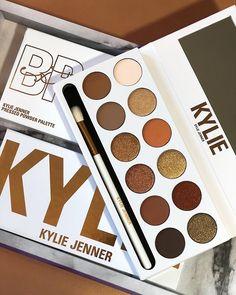 Bronze Extended: a nova paleta de sombras da Kylie Cosmetics Makeup Geek, Makeup Kit, Skin Makeup, Makeup Remover, Makeup Addict, Makeup Brushes, Makeup Ideas, Beauty Brushes, Kylie Makeup