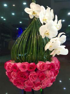 Contemporary Flower Arrangements, Creative Flower Arrangements, Beautiful Flower Arrangements, Floral Arrangements, Beautiful Flowers, Flowers Nature, Deco Floral, Arte Floral, Floral Design