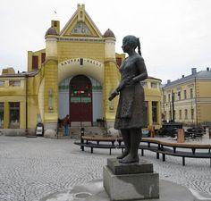 Nyt saatiin myös naiskauneutta torille, kun Siskotyttö-patsas palasi paikalleen. Other Countries, Modern City, Finland