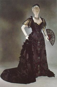 House of Worth evening gown. Black satin with cut velvet motifs and rhinestone feat sips, trimmed in Chantilly lace. 1890s Fashion, Edwardian Fashion, Vintage Fashion, Gothic Fashion, Antique Clothing, Historical Clothing, Historical Costume, House Of Worth, Vintage Outfits