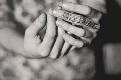 """""""El alma vibra en una nota musical única e irrepetible. Y cuando por circunstancias de la vida nos alejamos de nuestra canción o desentonamos, necesitamos que otros nos recuerden cuál es la frecuencia en la que nuestra alma canta y se despliega. Olvidarla es ir muriendo de a poco"""". Victoria Branca."""