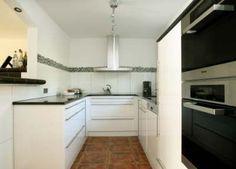 u-form küche mattglänzender kühlschrank und offene regale in weiß ... - U Form Küchen