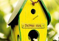 Greift zu Holz und Säge: Über diese kreativen Vogelhäuser freut sich jeder Piepmatz. #DIY #Garten