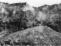 Les tirs des cuirassés américains Texas et Arkansas ont fait s'écrouler une partie de la falaise à la pointe du Hoc. 7 juin 1944. © US Army
