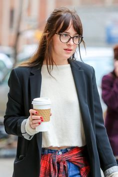Dakota Johnson Frisur Makeover - Makeup Looks Yellow Estilo Dakota Johnson, Dakota Johnson Stil, Dakota Johnson Street Style, Dakota Style, Dakota Mayi Johnson, Dakota Jhonson, Mode Outfits, Casual Outfits, Bangs And Glasses