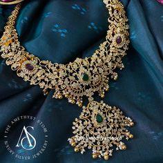 Gold Temple Jewellery, Gold Wedding Jewelry, Gold Jewelry Simple, Bridal Jewelry Sets, Jewelry Design Earrings, Gold Jewellery Design, Necklace Designs, Diamond Jewelry, Gold Designs