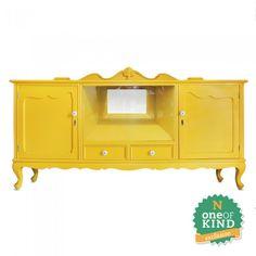 Balcão Amarelo Vintage em madeira entalhada com acabamento em laca amarela. Porta em vidro, puxadores em cerâmica.