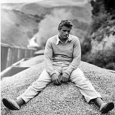 James Dean - Rebel Without Cause, Giants and East of Eden : such good movies, such a amazing actor. Hollywood Icons, Vintage Hollywood, Classic Hollywood, Male Movie Stars, James Dean Photos, Jimmy Dean, Jimmy Jimmy, East Of Eden, Actor James