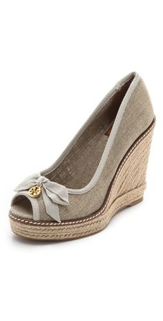 Tory Burch - Jackie Wedge Espadrilles love me some shoes! Tory Burch, Estilo Fashion, Ideias Fashion, Fashion Ideas, Cute Shoes, Me Too Shoes, Espadrilles, Shoe Boots, Shoe Bag