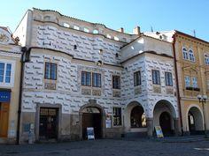 Muzeum strašidel a Galerie M, Pelhřimov. Dům je krásným příkladem vlivu italského renesančního stavitelství a byl postaven v letech 1561-1577 Janem Broumem z Chomutovic a posléze Janem Kržem z Plotišť