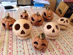Halloween prepp - skulls and pumpkins Handmade Pottery, Pumpkins, Skulls, Halloween, Illustration, How To Make, Crafts, Squashes, Manualidades