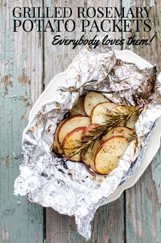 Grilled foil packet potatoes - these rosemary grilled potato packets are so easy and so enticing with the aroma of rosemary!  Only 5 ingredients, so easy and so delicious! Grilled Fruit, Grilled Beef, Grilled Vegetables, Rosemary Potatoes, Sliced Potatoes, Roasted Potatoes, Grilled Potato Packets, Foil Packet Potatoes, Grilled Side Dishes