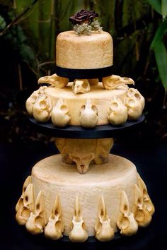 This skull wedding cake was created by Annabel de Vetten of Conjurer's Kitchen for the Eclectic Wedding Extravaganza in Birmingham. The theme for the skulltacular wedding cake is 'Till Death Do Us Part,' and it looks delightfully delicious. Bolo Halloween, Halloween Wedding Cakes, Looks Halloween, Halloween Cakes, Halloween Party, Halloween Bedroom, Classy Halloween, Halloween Ideas, Halloween Decorations