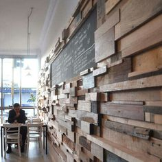 Kleine houtstukjes in verschillende maten maken een speelse muur.