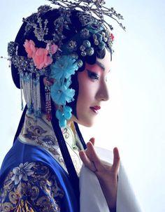 Chinese traditional costume of Beijing opera. Asian Fashion, Look Fashion, Chinese Fashion, Classic Fashion, Womens Fashion, Costume Ethnique, Chinese Opera, Chinese Mythology, Chinese Clothing