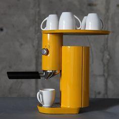 A aluna da Shenkar College of Engineering and Design Yaniv Berg criou uma cafeteira amarela inspirada no movimento de Bauhaus. O projeto tem duas partes, que parecem flutuar juntas em posições opostas e servem como bandeja para xícaras.