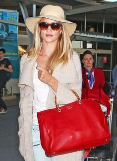It-Bags: Kombiniert mit heller Kleidung wirkt Rosie Huntington-Whiteleys roter Bamboo-Shopper von Gucci besonders leuchtend.