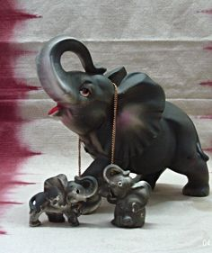 Nice Vintage Mother Elephant With Two Baby Elephants On Chain Figuirine    Figurines