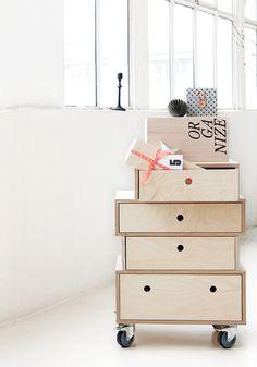 """Da ich kein Freund von Anglizismen bin, müsste die Überschrift dieses Artikels streng genommen """"Interior-Trend: Sperrholz"""" lauten. Doch kann ich die irritierten Blicke förmlich spüren. Sperrholz? Ist das überhaupt richtiges Holz?Was vermutlich die wenigsten wissen: viele der bekanntesten Design-Klassiker sind aus diesem Material gefertigt – allen voran die """"Plywood Group"""" von Charles & Ray Eames. Denn die Vorteile für die Verwendung im Möbelbau liegen auf der Hand: Sperrholz ist Massivholz…"""