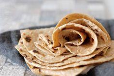 Chapati je základní indický chléb, u nás by se spíš řeklo placka, který se svojí neutrální chutí hodí jako příloha k většině indických chuťově výrazných jídel. Chapati dokonce plnohodnotně nahrazuje příbor. Utrhněte si kousek, mezi prsty z něj vytvarujte jakoby kornoutek, použijte k nabrání omáčky a užijte si chuť indických lahůdek.  Yum Chapati Doba …