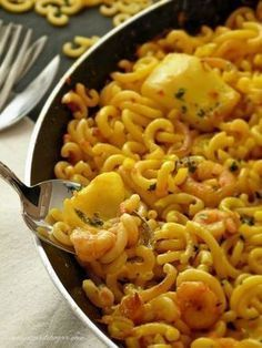 Fideuà (Valencian/Catalonian fish/seafood dish like a paella, but with noodles) Fish Dishes, Seafood Dishes, Fish And Seafood, Pasta Dishes, Fish Recipes, Seafood Recipes, Pasta Recipes, Easy Cooking, Cooking Recipes