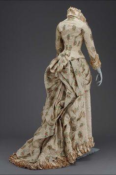 1880, America - Woman's dress - Silk and apaca figured weave, silk lace, silk chiffon, cotton twill lining, whalebone, and button closures