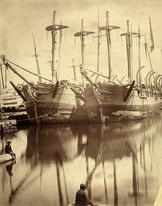 Moored whaling boats, aged 100 years, reflect on harbor waters. 1 avril 1916. New Bedford, Massachusetts, USA Photographe : Edwin Hale Lincoln