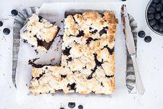 saftiger Brownie mit Heidelbeeren und Kokosmakronen Topping