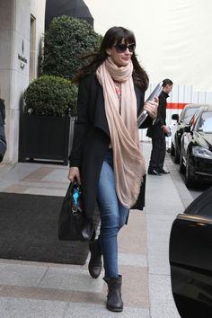 Liv Tyler wearing oversized glasses n oversized scarf <3