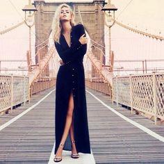 Длинное черное платье-рубашка с босоножками на шпильке