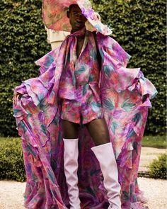 #modacomglamour Reconhece este look? Acertou quem disse @Beyonce! Assinado por Alejandro Gómez Palomo da grife @PalomoSpain o quimono floral foi usado pela cantora em sua primeira foto oficial com os gêmeos Rumi e Sir Carter. Aos 24 anos o estilista é uma das grandes promessas da moda espanhola graças às suas (incríveis!) criações #genderfluid  e a gente conta tudinho no link da bio! #beyonce #palomospain  via GLAMOUR BRASIL MAGAZINE OFFICIAL INSTAGRAM - Celebrity  Fashion  Haute Couture…