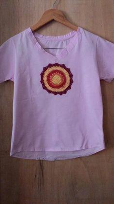 camiseta manga curta mandalas decote em v rosa bebê