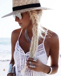 Um look de moda praia satisfatório pede por bons complementos. Pode ser um chapéu colorido ou quem sabe até um boné arrasador. Mas vamos combinar que sem uma boa saída de praia os passeios de verão tornam-se incompletos. No taofeminino.com.br você encontra tudo que precisa para se inspirar e ir para o sol.