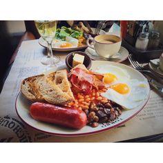 """""""Завтрак в #TorroGrill - классика ленивых выходных. На фото английский завтрак (550р) и его не слишком выдающаяся гастрономичность с лихвой компенсируется…"""""""