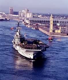 HMS Hermes en 1975 a montreal Royal Navy Aircraft Carriers, Navy Carriers, Barrow In Furness, Flight Deck, Armada, Navy Ships, Submarines, Battleship, Military History
