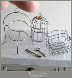 Trash to treasure miniatures love recycling and making something out of nothing Miniature Kitchen, Miniature Crafts, Miniature Houses, Miniature Fairy Gardens, Miniature Dolls, Dollhouse Tutorials, Diy Dollhouse, Dollhouse Miniatures, Mini Choses